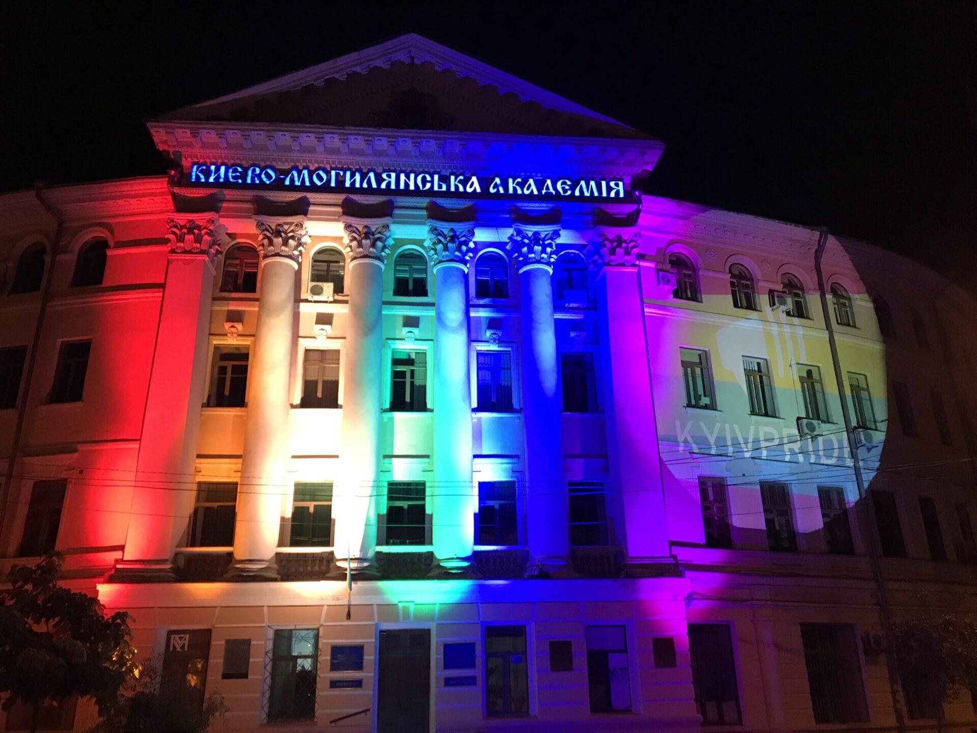 Веселковий прапор на відомих будівлях міста